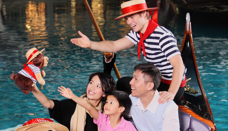 마카오 호텔 추천 베네시안 마카오 리조트 호텔 그랜드 캐널 배를 타는 모습
